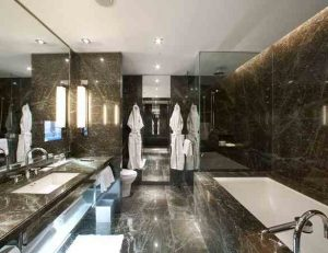 clean-hotel-bathroom